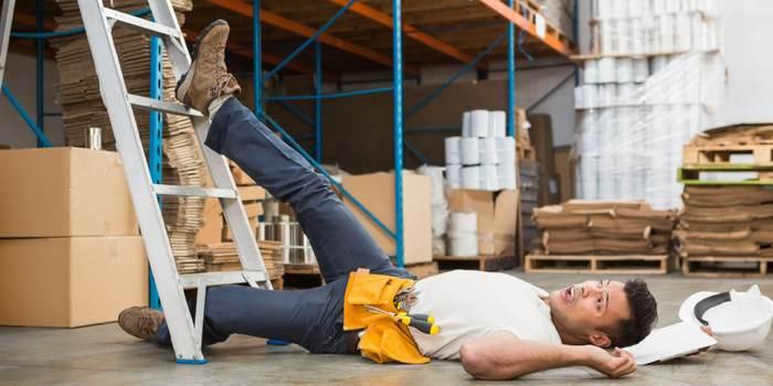 Van ladder gevallen op het werk