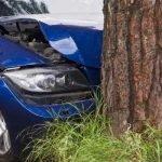 Auto tegen boom gereden: eenzijdig ongeluk