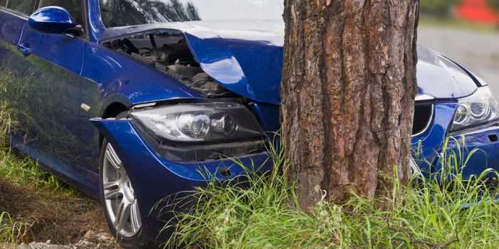 auto tegen boom gereden eenzijdig ongeluk